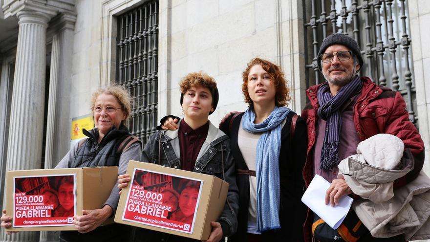 Gabriel y su familia, momentos antes de entregar las 129.000 firmas recogidas.