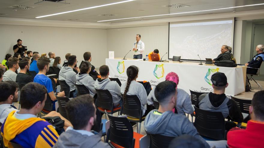 Reunión entre la coordinadora de la Gran Canaria Maratón y los voluntarios.