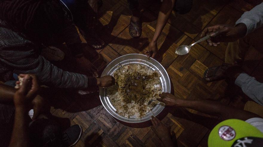 Cena de Ramadán que ha preparado Bernand: arroz, berenjena y especias.
