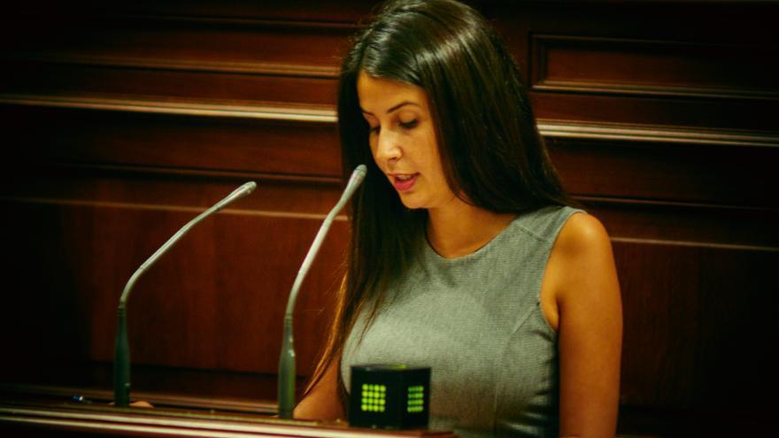 Melodie Mendoza en el Parlamento de Canarias