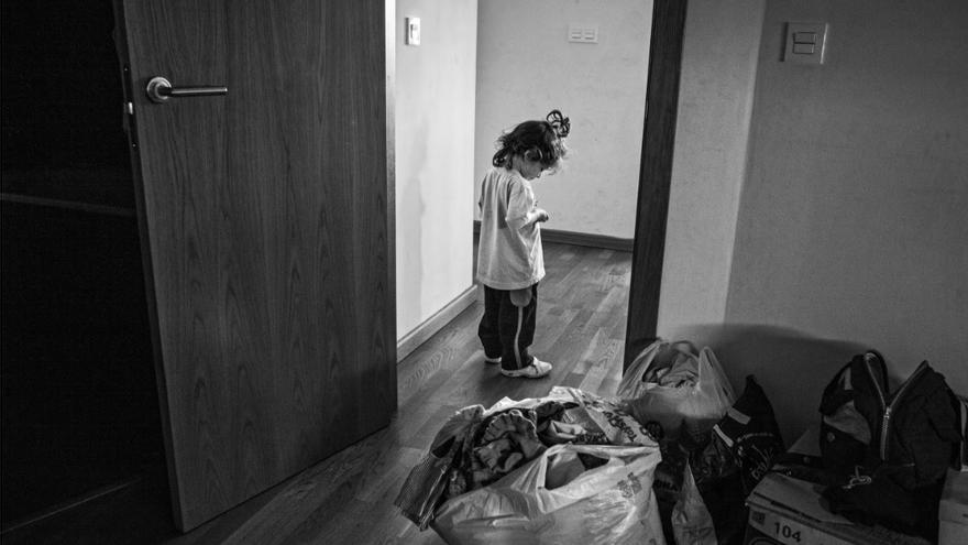 Niña a las puertas de una casa, que va a ser desalojada, en España. / Aitor Lara (Save the Children)