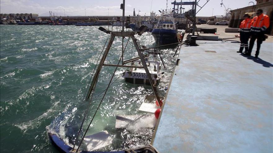 Se hunde un barco atracado en Tarifa tras ser abordado por otro, sin heridos