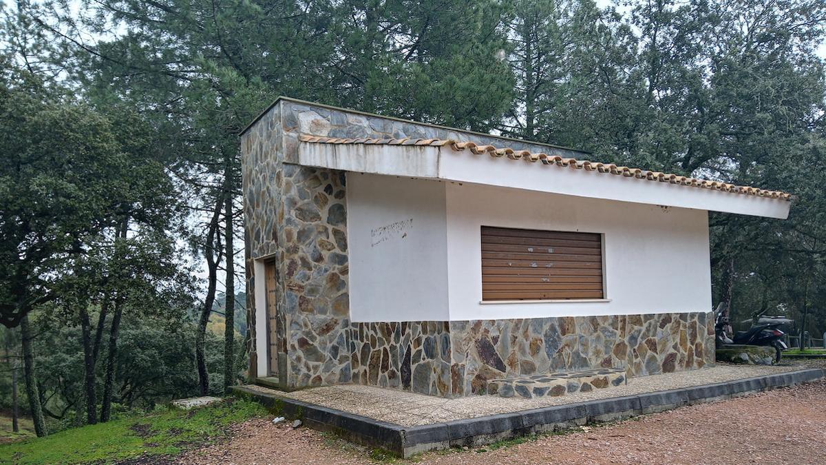 El leñero y los aseos de Los Villares están cerrados.