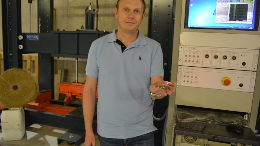 Carlos Parra junto al pórtico de ensayos residuos plásticos de invernadero