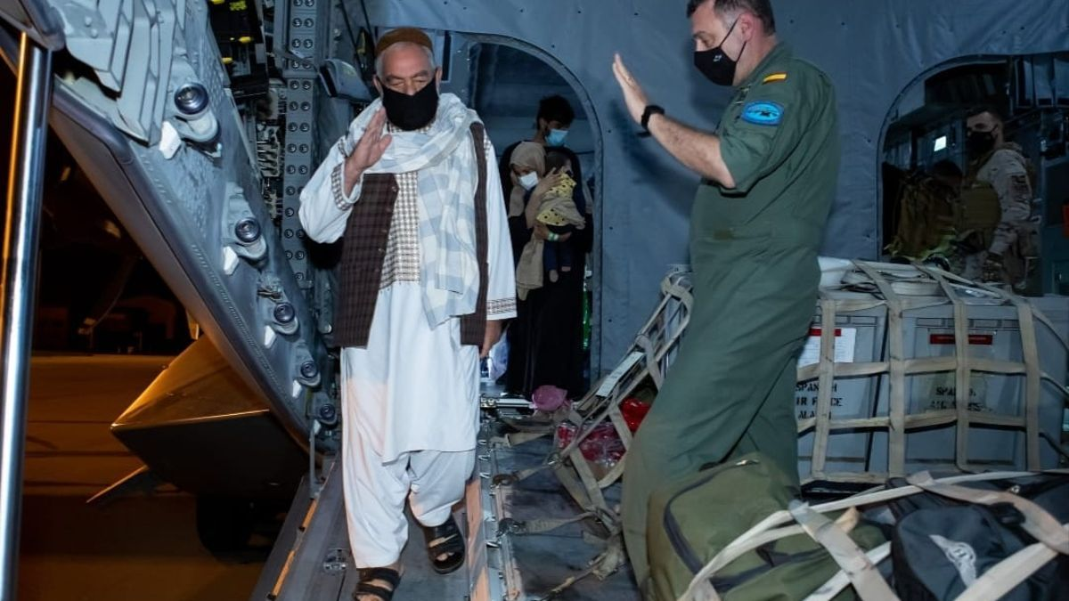 El militar afgano Shirzad Mohammadzai saludo a un mando español a su llegada a la base de Torrejón.