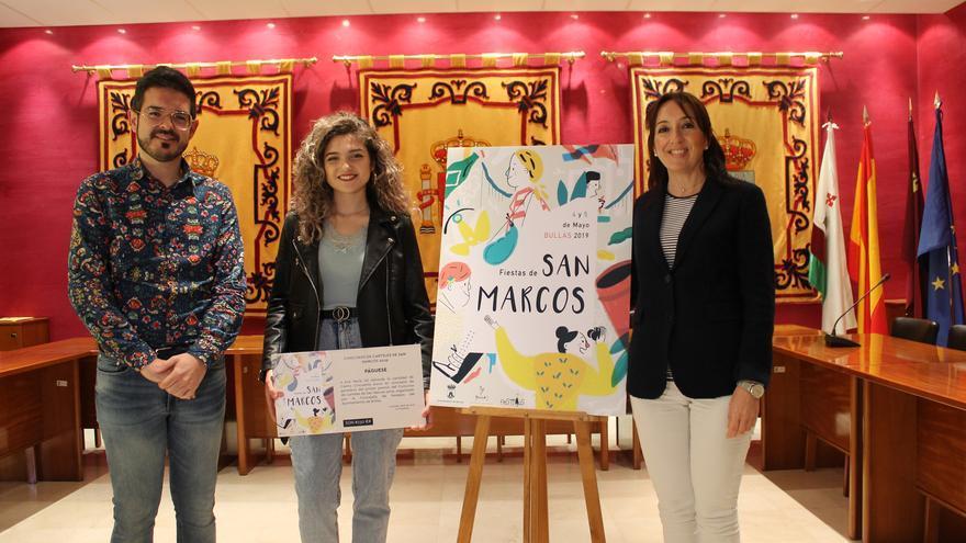 El concejal de Festejos, Antonio José Espín, la autora del cartel de las fiestas de San Marcos, Ana María Gil Valverde, y la alcaldesa de la localidad, María Dolores Muñoz.