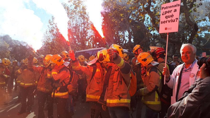 Médicos y bomberos han coincidido a las puertas del Parlament