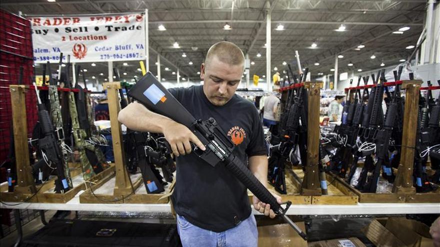 """El FBI estima que hubo récord en compras de armas de fuego en el """"viernes negro"""""""