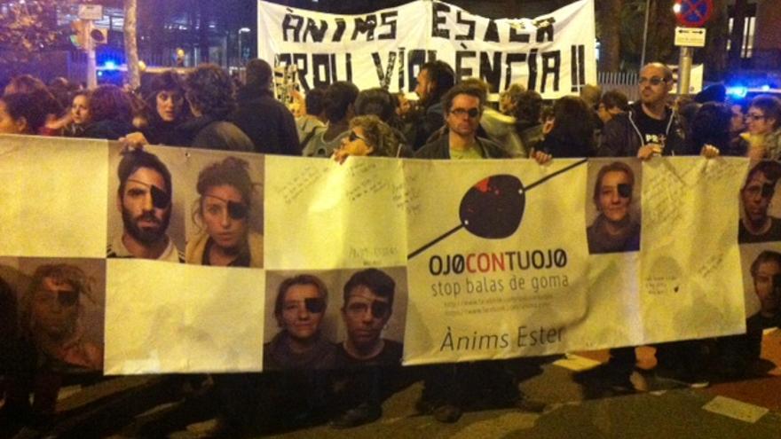 La concentración congregó un centenar de personas en la sede de Interior. (cc: Lluïsa Farré)
