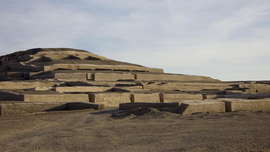 Pirámide de Cahuachi, una de las construcciones de barro más grandes del mundo.