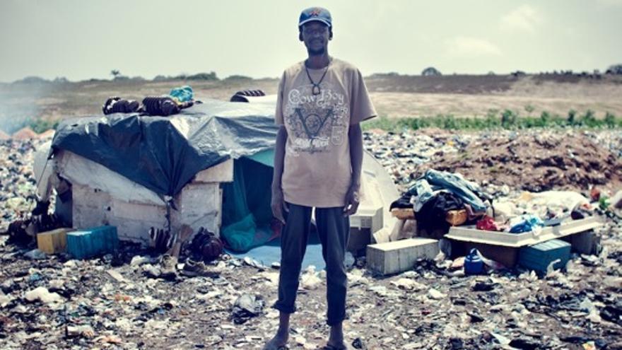 Ibrahim M. Toure y la casa donde vive en Agbogbloshie (Foto cedida por Kevin McElvaney)