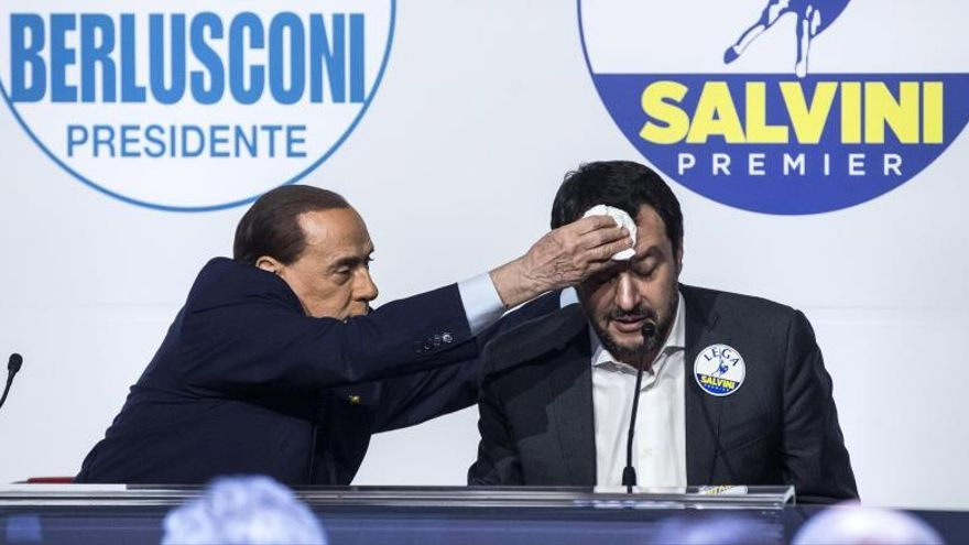 Berlusconi bromea secando el sudor a su socio Matteo Salvini en una rueda de prensa el 1 de marzo.