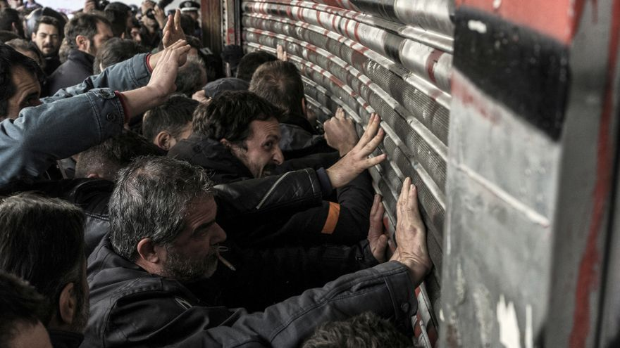 Sindicalistas fuerzan la entrada del Ministerio de Trabajo de Grecia en una de las protestas contra la ley que limita las acciones sindicales. AP