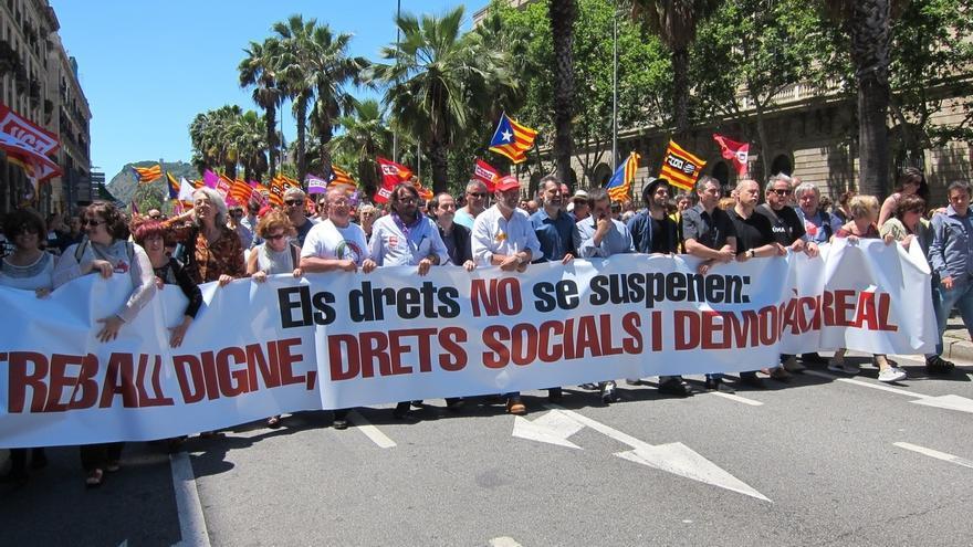 Varios miles de personas protestan en Barcelona contra la suspensión de leyes catalanas del Constitucional