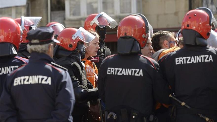 Detenidos los tres jóvenes de Segi tras disolver el muro popular de Vitoria