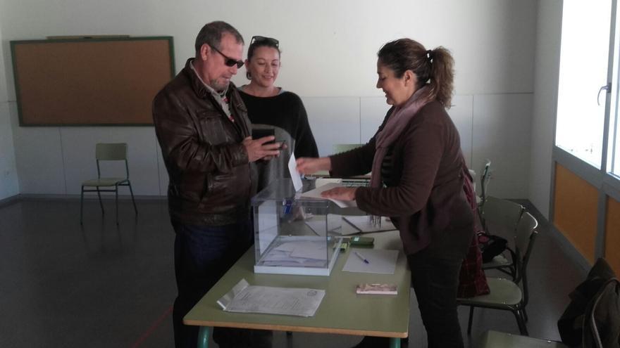 Una de las dos urnas instaladas en la localidad