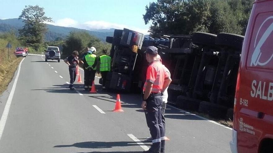 Vuelca un camión con troncos en la Ultzama, sin causar heridos