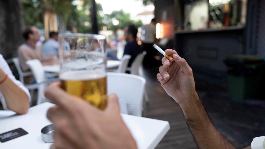 Tres de cada cuatro españoles prohibiría fumar en las terrazas