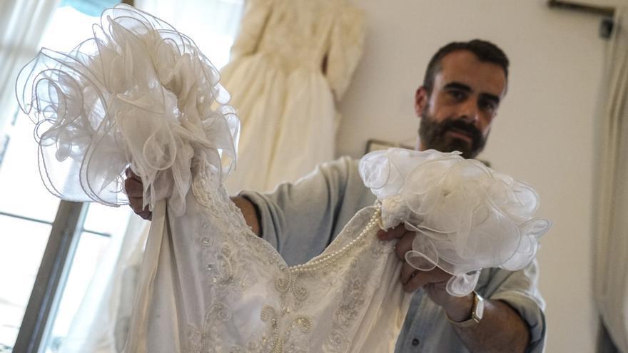 Job Polari, con uno de sus vestidos de novia preferidos y los demás, colgados al fondo