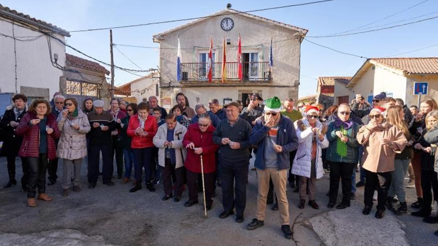 La pequeña localidad abulense de Villar de Corneja, de apenas 50 habitantes, se adelanta a las campanadas debido a la avanzada edad de sus vecinos, con el objetivo de poder dar la bienvenida a 2020 a las 12.00 del mediodía, en lugar de por la noche, cuando la mayoría estarán en la cama.