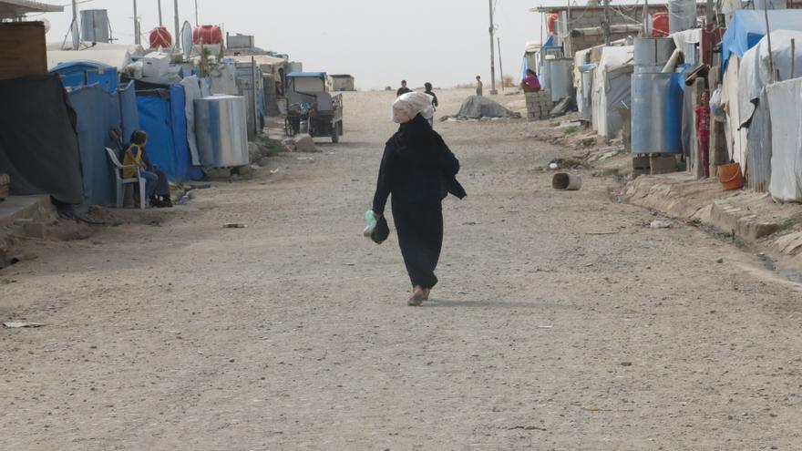 Una mujer camina en el campo de Domiz | Gabriella Bianchi/MSF