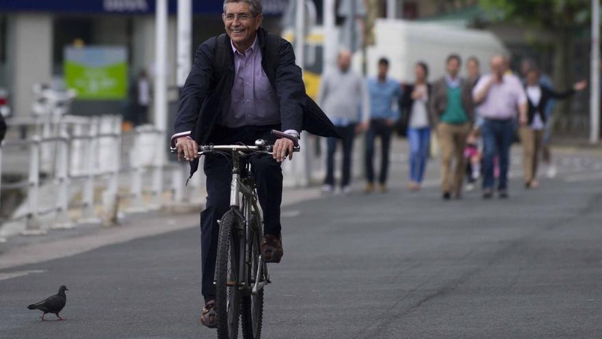 Ángel Díaz-Munío llega en bicicleta al pleno en el que fue investido alcalde de Castro Urdiales.