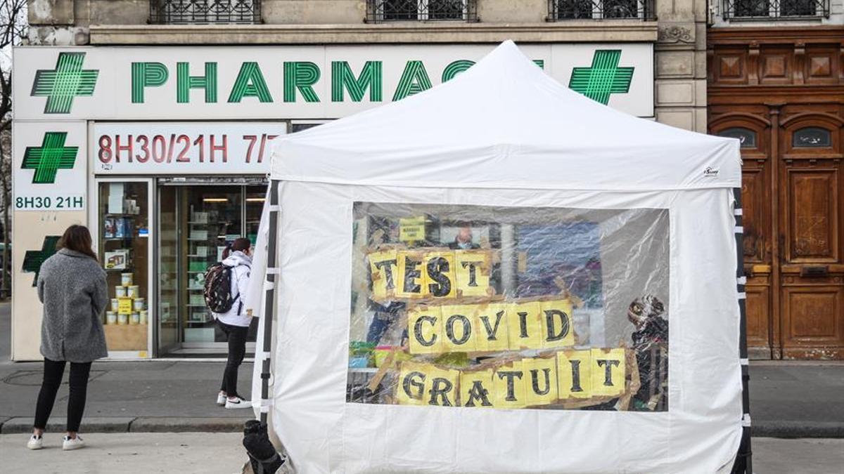Carpa para la realización de test COVID en París