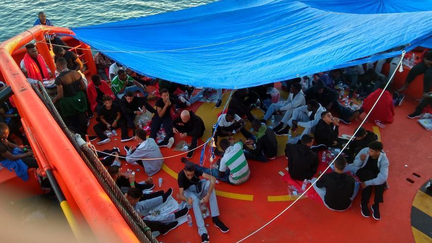 Personas rescatadas por Salvamento Marítimo retenidas en el remolcador María Zambrano ante la falta de espacios donde trasladarles en tierra.