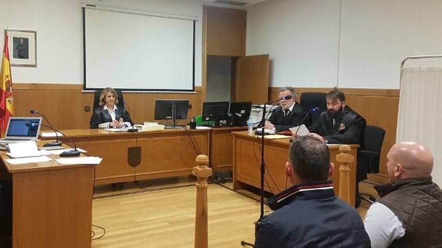 Los dos guardias civiles acusados de un delito de coacciones durante el juicio celebrado en los Juzgados de León.