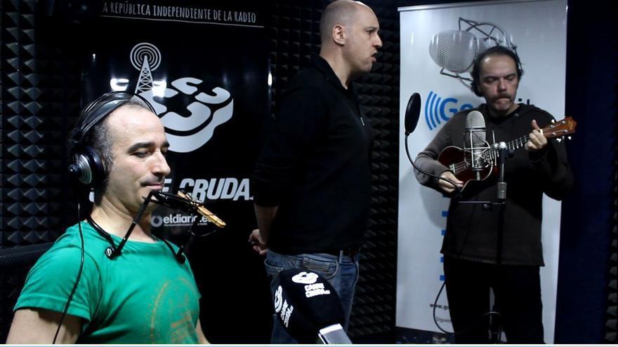 Nacho Vera, Pedro Santos y Pepe Macías durante su actuación en la carnicería