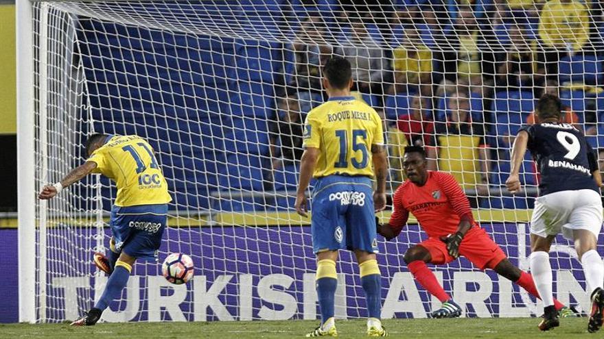 El delantero de la U.D. Las Palmas Momo (i) bate al portero camerunés Carlos Kameni (2d), del Málaga CF, durante el partido, perteneciente a la cuarta jornada de la Liga Santander, que ambos equipos han disputado en el estadio de Gran Canaria. EFE/Ángel Medina G.