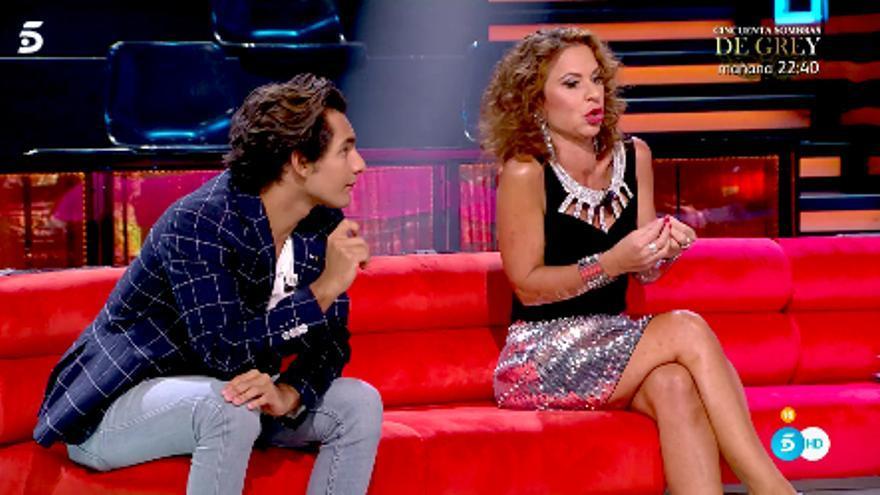 Alejandro Reyes y Vicky Larraz, en el plató de 'Conexión Honduras'