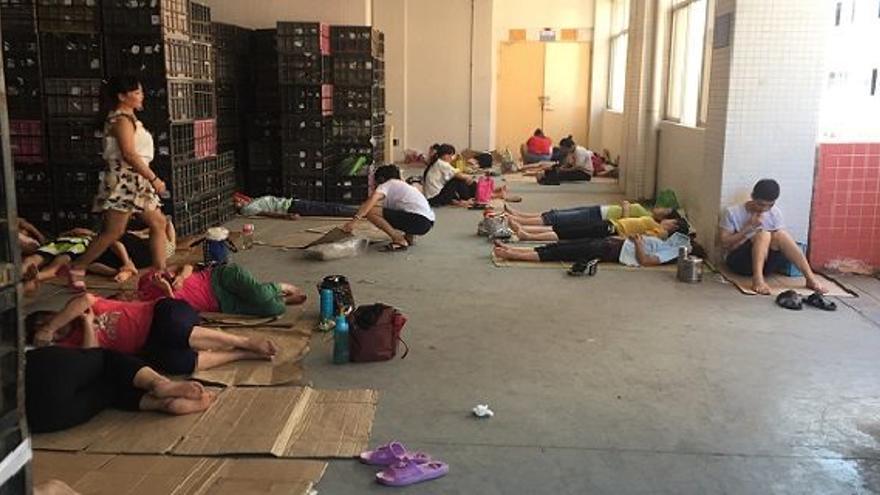 Sin dormitorios o sin duchas: así son las condiciones laborales en las fábricas chinas