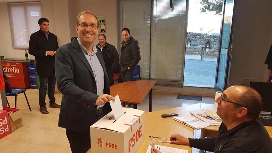Ernest Blanch, nuevo secretario general de los socialistas de la provincia de Castellón, vota este domingo en Morella.