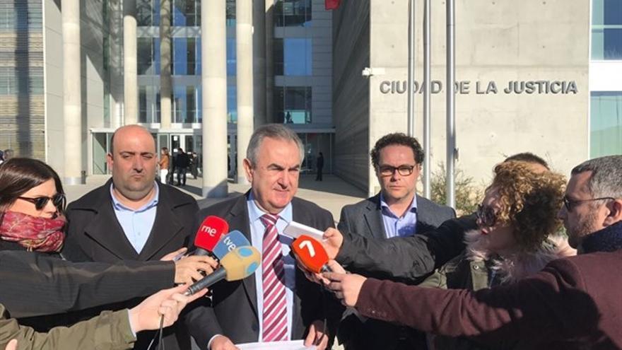 Rafael González Tovar en la Ciudad de la Justicia tras presentar la demanda de conciliación al PP