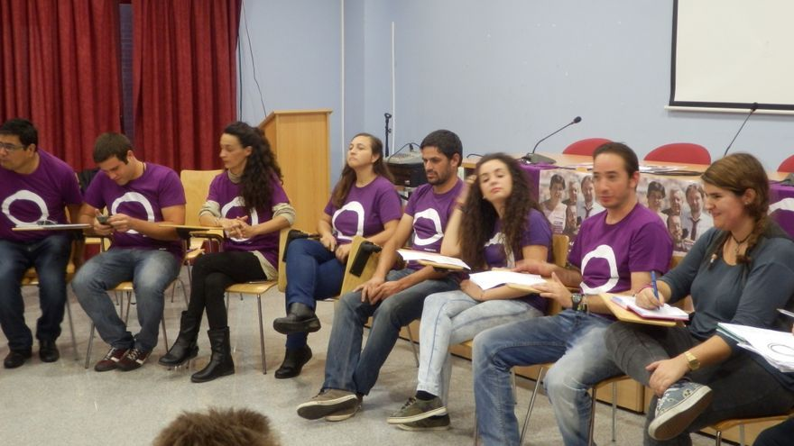 Asamblea constituyente de Podemos Almendralejo; a la derecha, Carmen Romero