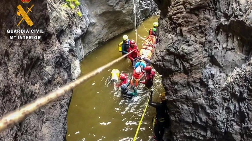 El lecho con curso de agua del barranco de Los Carrizales, durante la actividad de rescate