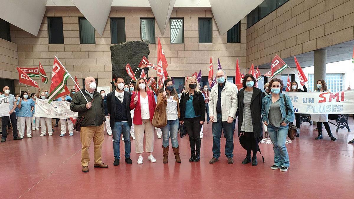 Responsables de los partidos PSOE, IU y Podemos y del sindicato CCOO se han concentrado junto a las limpiadoras del Reina Sofía.