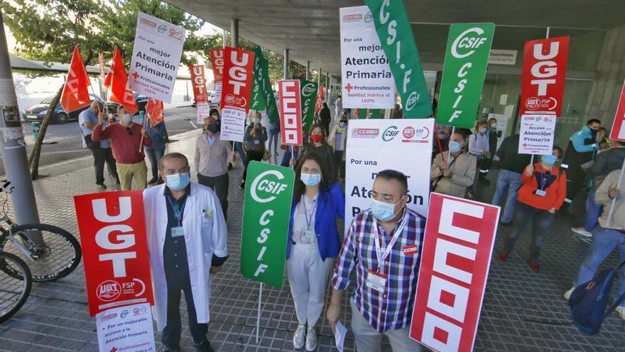 Concentración de CCOO, UGT y CSIF por el colapso en la Atención Primaria | MADERO CUBERO