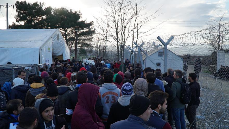 Decenas de refugiados en el campo de Idomeni. | Alfonso Font