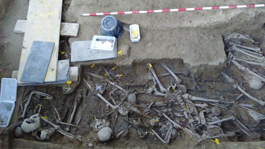 Se aprecian 19 esqueletos, aunque por el tamaño de la fosa, dicen los arqueólogos, podrían ser más