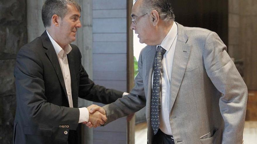 El presidente del Gobierno de Canarias, Fernando Clavijo (i), saluda al presidente de la CEOE, José Carlos Alberto. EFE/Cristóbal García