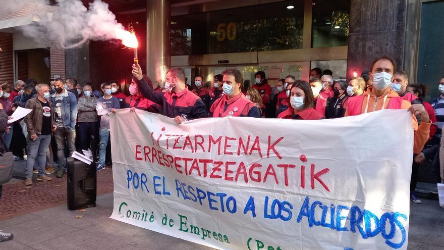Concentración de trabajadores de Petronor en Bilbao