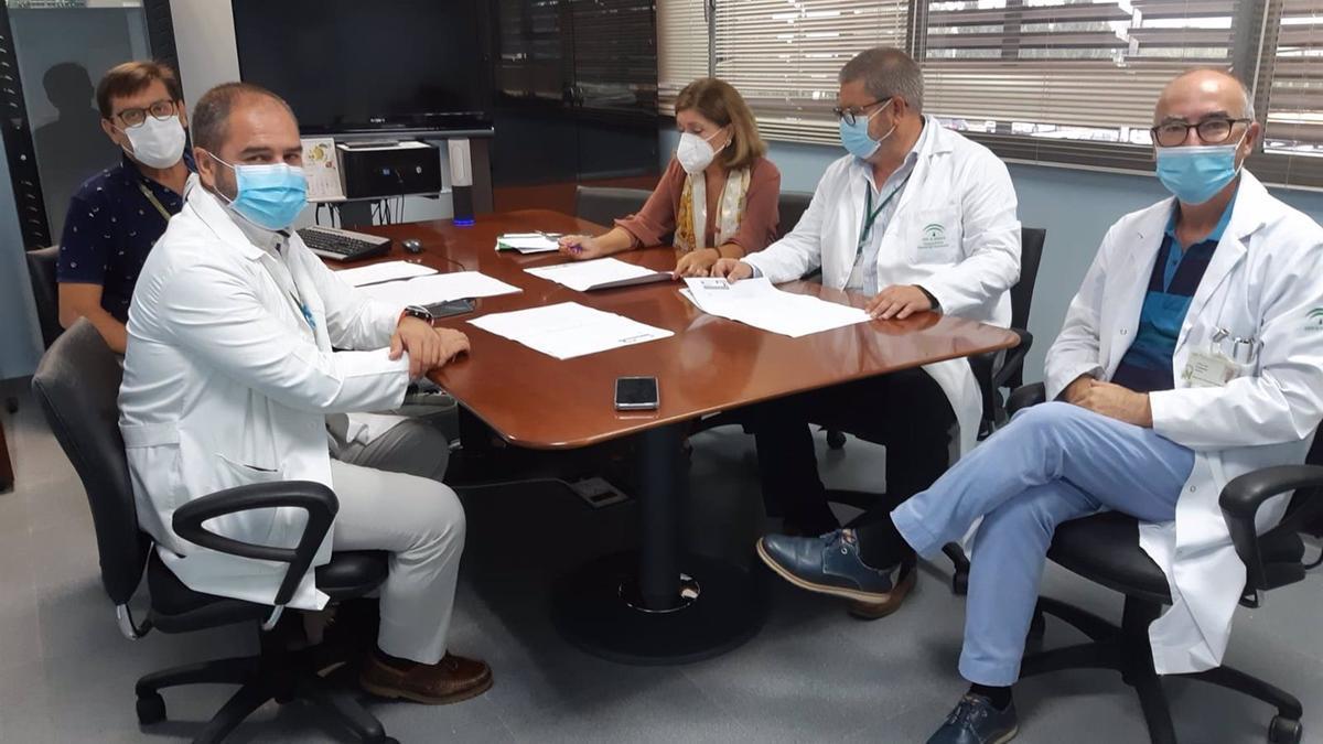 La delegada de Salud y Familias de la Junta en Córdoba, María Jesús Botella, en la reunión con el equipo directivo del Hospital de Montilla.