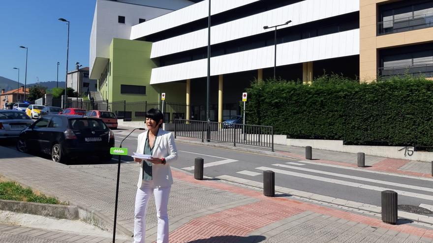 Maddalen Iriarte frente al colegio Karmelo ikastola de Bilbao