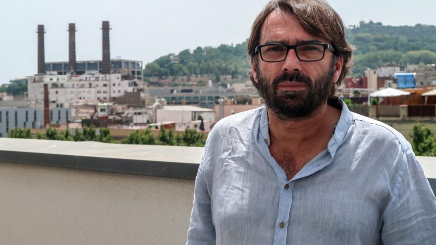 El líder de la UGT catalana con las las historicas tres chimeneas de Barcelona al fondo