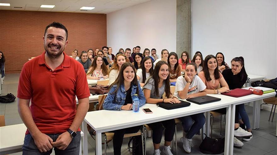 El profesor de la UCLM Abel Toledano junto a sus alumnos y alumnas de Talavera de la Reina / UCLM