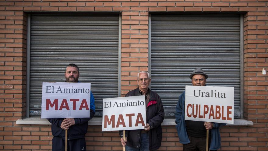 Luis Sánchez, Basilio Navarro y Antonio García posan con las pancartas utilizadas en las protestas contra Uralita