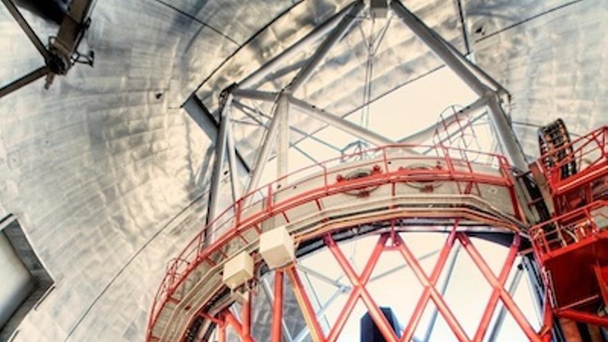 La montura del  Gran Telescopio Canarias (en la imagen) es una gran estructura mecánica de acero que sostiene los espejos, permite movimientos de rotación del telescopio a lo largo de un eje horizontal y vertical.  Foto: GTC.