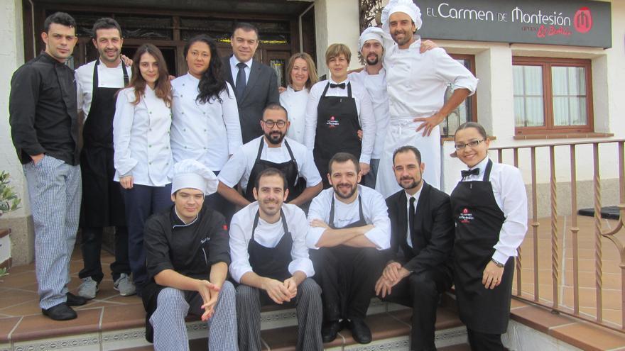 El equipo de El Carmen de Montesión, a la entrada del restaurante. / Foto: Diego Jimeno Manrique